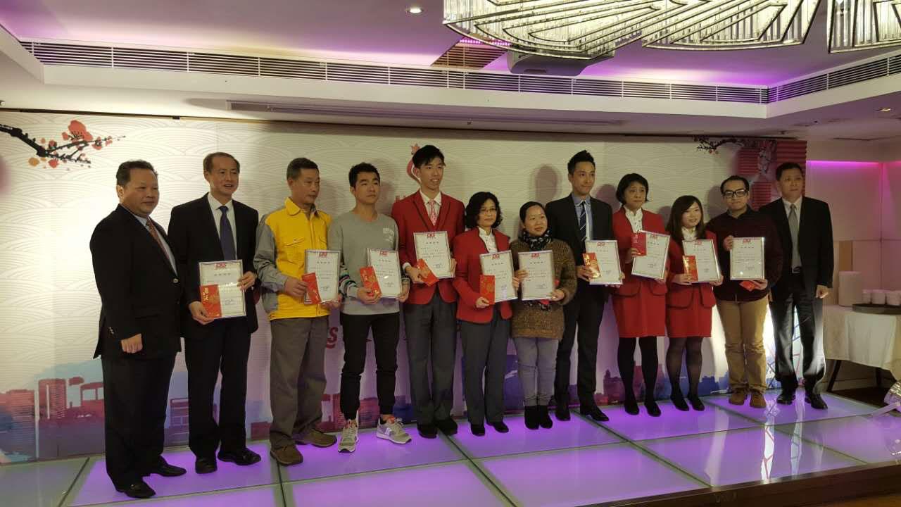 公司领导在新春晚宴上为优秀员工获奖者颁奖